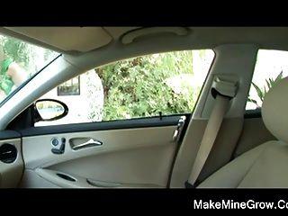 ناتالي شقراء الساخنة تمتص الديك في السيارة
