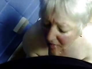 كومينغ في فم الجدة سيئة.هواة كبار السن