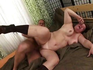 أمي الروسية يحب الشاب ليمارس الجنس