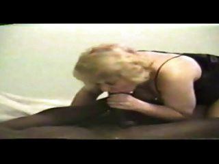 أمي شقراء تمتص الديك الأسود الكبير