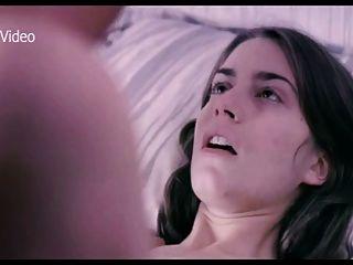 أليسيا رودريغيز في السرير مع صديقته