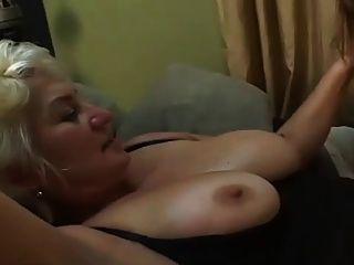 امرأة ناضجة مع فتاة
