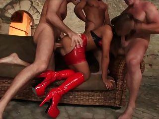 ثلاثة رجال يمارس الجنس مع امرأة واحدة.