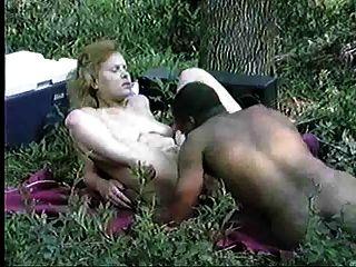 زوجان احدهما ممارسة الجنس في الغابة