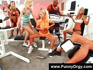 فتاة شقراء والرجال السود في صالة رياضية