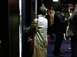 امرأة تزور متجر للجنس لمشاهدة الاباحية