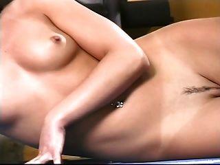 امرأة سمراء مثير مع الثدي مرح يعمل بها على آلة الوزن