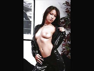 امرأة سمراء مع كبير الثدي جميلة بالإصبع بوسها