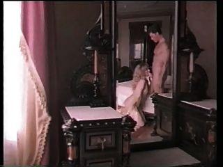 فتاة في ثوب خواتم ذهبية تحصل مارس الجنس