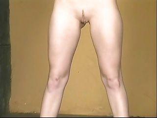 فاتنة الساخنة في تنورة قصيرة مثير الصفراء تنتشر بعيدا عن المرمى لإظهار كس وردي
