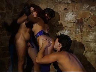 عشيقة الألمانية unties الرقيق لها معلقة لثلاثة أشخاص