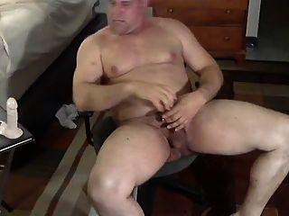 مدرب سمين يلعب مع قضبان اصطناعية