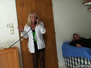 الجدة مطيع في جوارب ركوب الديك