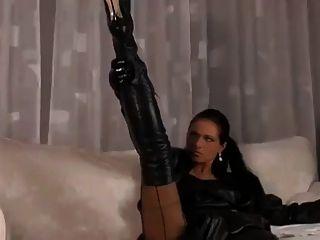 جميل مثير من الجلد الأسود على امرأة سمراء جذابة