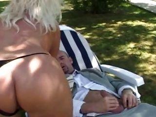 جبهة مورو شقراء الفرنسية مع اللعنة كبير الثدي في حديقة