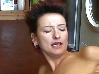 أمي احمر الشعر والصبي الجار