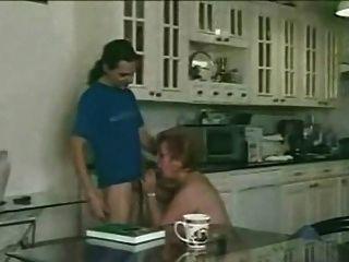 الجدة مشعر يلبي صبي صغير في المطبخ