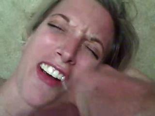 زوجة الساخنة يحصل على شحنة ضخمة من نائب الرئيس في فمها!