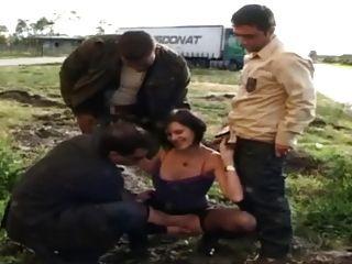 صوفي مارس الجنس في جوارب طويلة من سائقي الشاحنات