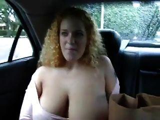 يظهر أحمر الشعر مفلس لها الثدي في المقعد الخلفي للسيارة