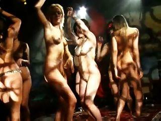 الرقص عارية