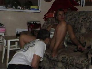 اثنين الهرات على الأريكة