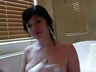 فتاة جميلة وشم في حمام فقاعة
