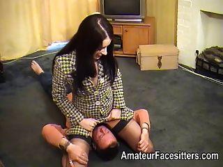 سيدة الأعمال في جوارب الجلوس على الوجه