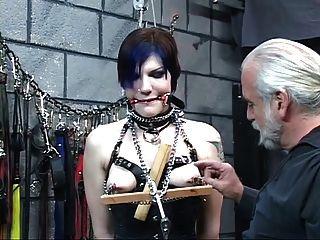 وتعرض للتعذيب رائع امرأة سمراء معصوب العينين الشباب في مشد سيد ليون