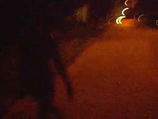 عارية المشي ليلا