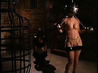 إلهة اللاتكس وخادمتها تتلقى حزمة جديدة