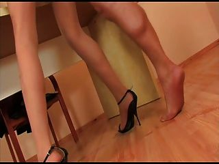 جوارب طويلة الفتاة مع الكعب الأسود هو الحصول مارس الجنس