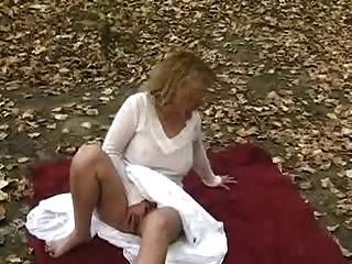 بلدي لطيف زوجة فرك بوسها في حديقة عامة