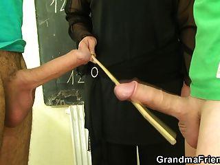 المعلم القديم منحرفة يأخذ اثنين من الديكة الشباب