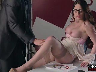 فيرونيكا عبثا يحصل الحمل في المكتب من رئيسها الصارم
