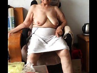 الآسيوية 80+ الجدة بعد الاستحمام