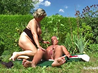 الجد الألمانية والجدة اللعنة الثابت في حديقة