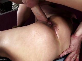 مارس الجنس أمي ناضجة الساخنة في جميع الثقوب لها لعبة فتى
