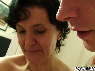 كس مشعر الأم القديمة وصبي الجنس