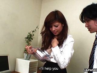 الآسيوية فتاة الحصول على مكتب غازل من رجلها