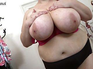 ضخمة أمي ناضجة الصدر اللعب مع نفسها