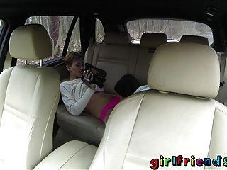 الصديقات الفتيات لطيف استكشاف الخيال مثليه في رحلة على الطريق