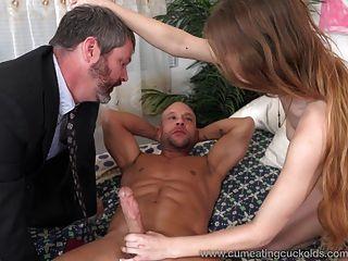 يشارك سامانثا هايز الديك مع الزوج ويجعله يأكل