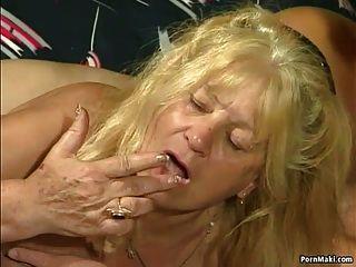 اثنين من الجدة الحصول مارس الجنس في العمل الرباعية