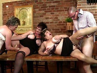 الجدات والامهات يمارس الجنس مع صبي