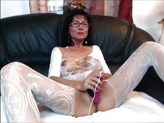 مثير جبهة مورو امرأة سمراء في تخزين الجسم تلعب مع نفسها