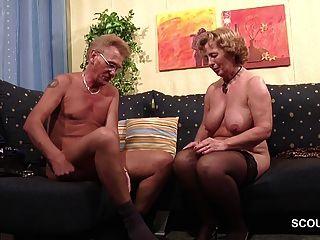 الجدة في جوارب مارس الجنس من الصعب من قبل الجد مع الوجه