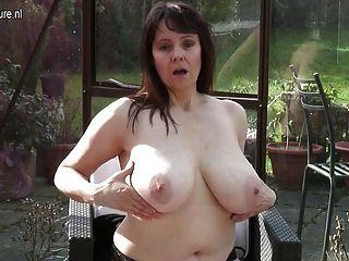 الجدة الهواة مع كبير الثدي والعضو التناسلي النسوي جائع