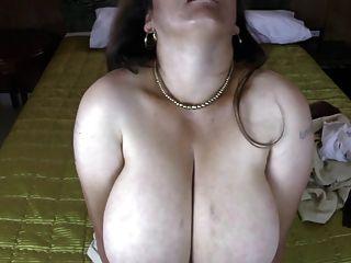 أمي اللاتينية ناضجة مع الثدي ضخمة الطبيعي