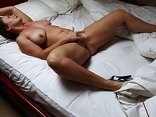 امرأة جميلة ناضجة استمناء في السرير